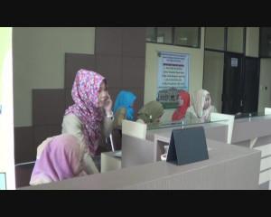 Staff B2TPM PPU Sedang Menunggu Pengurusan Perizinan Warga (L Gustian – Hello Borneo)