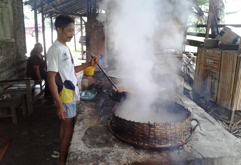 Toto, Pengrajin Gula Merah yang Serba Terbatas (L Gustian – Hello Borneo)