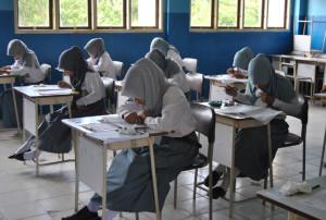 Pelajar di PPU Mengikut Ujian Secara Manual (Foto Bagus Purwa – Hello Borneo)