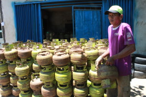 Distribusi Tabung Gas Elpiji (Suherman – Hello Borneo)