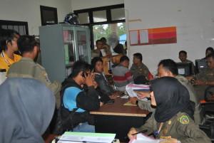 Pasangan mesum diintrogasi oleh Satpol PP. (Kambolo' – Hello Borneo)