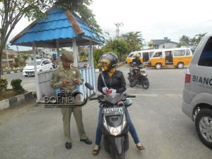 Anggota Satpol PP Kabupaten Penajam Paser Utara memeriksa KTP seorang warga saat razia yustisi di terminal Penajam (Dika - Hello Borneo)