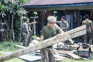 Anggota Satpol PP membongkar  bangunan yang dijadikan lokalisasi PSK di Kelurahan Lawe-Lawe, Kecamatan Penajam (Suherman - Hello Borneo)