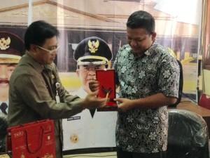 Kepala Bagian Humas dan Protokol Sekretariat Kabupaten Penajam Paser Utara, Kalimantan Timur, Ady Irawan saat menerima kenang-kenangan dari Pemerintah Kota Solo ( Gusti - Hello Borneo )