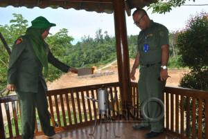 Kepala DKPP Kabupaten Penajam Paser Utara, Tita Deritayati bersama Kabag Kebersihan Edi Hasmoro menunjukkan kompor yang menggunakan gas metan di TPA Buluminung (Kambolo' - Hello Borneo)