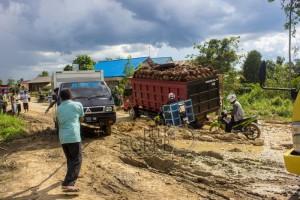 Kondisi jalan trans Kalimantan di daerah sotek, Kabupaten Penajam Paser Utara (Elim Sahara - Hello Borneo)