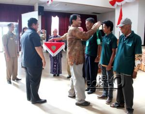 Pemberian  tanda peserta kepada perwakilan petani dan pengusaha rumput laut sebagai tanda dibukanya  pelatihan Budidaya dan Paska Panen Rumput Laut (Iskandar  - Humas Setkab Penajam Paser Utara)