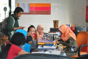 SH 59 tahun sang nenek mucikari (menggunakan jilbab) bersama kedua PSK saat dimintai keterangan oleh anggota Satpol PP Kabupaten Penajam Paser Utara (Kambolo' - Hello Borneo)