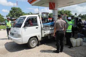 Anggota Polres Penajam Paser Utara melakukan razia disalah satu SPBU mencegah aksi beli borong BBM (Dika - Hello Borneo)