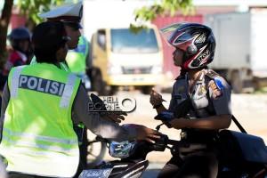 Anggota Satlantas Polres Penajam Paser Utara, memeriksa surat kendaraan Polwan anggota Sabhara Polres setempat saat Operasi Patuh di Jalan Raya Provinsi kilometer 5 (Suherman - Hello Borneo)