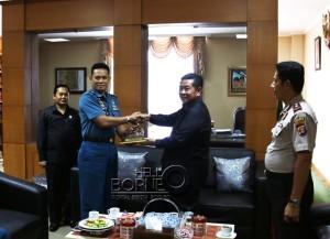 Bupati Penajam Paser Utara, Yusran Aspar meberikan cinderamata kepada Komandan Lanal Baikpapan Letkol (P) Arief Budiman (Suherman - Hello Borneo)