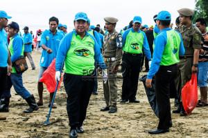 Bupati Yusran Aspar saat bersih-bersih pantai di pantai Corong, Tanjung Jumlai (Suherman - Hello Borneo)
