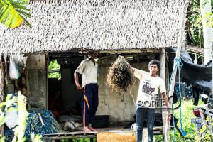 Eros Petani rumput laut Kelurahan Sungai Parit, Kabupaten Penajam Paser Utara (Suherman - Hello Borneo)