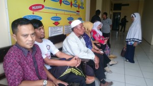 Dukungan moril rekan sekantor pada Bendahara Pengeluaran Kantor Pemberdayaan Perempuan dan KB (Gusti - Hello Borneo)