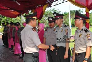 Kapolres Penajam Paser Utara, Ajun Komisaris Besar Joudy Mailoor, mengiucapkan selamat kepada personel yang naik pangkat (Dika - Hello Borneo)