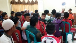 Kapolsek Penajam, Kabupaten Penajam Paser Utara saat memediasi penyelesain  pertikaian antar remaja