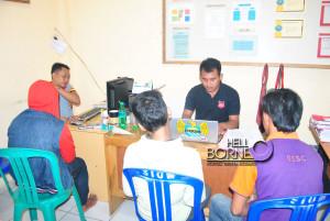 Ketiga pelaku tindak pidana penyalahgunaan narkoba menjalani pemeriksaan di ruang penyidik Satreskoba Polres Penajam Paser Utara (Dika - Hello Borneo)