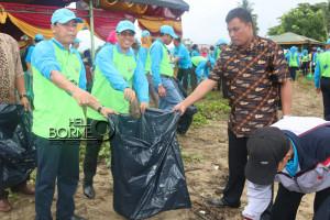 Ketua DPRD, Nanang Alie dan Wakil Ketua DPRD, Syahruddin M Noor mengikuti bersih-bersih pantai pada kegiatan pesisir berseri 2015 di pantai Corong Tanjung Jumlai (M Miftah Nugraha - Humas DPRD Penajam Paser Utara)
