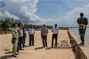 Ketua OWS bersama  Lanal Balikpapan serta Pol Airud Polres Penajam Paser Utara meninjau Lokasi  OWS di pantai Nipah-Nipah (Suherman - Hello Borneo)