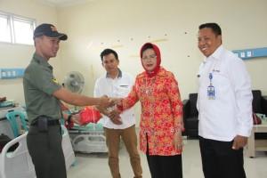 Ketua Umum PMI Penajam Paser Utara, Yustini Yusran Aspar mengucapkan terima kasih kepada relawan yang menyumbangkan darahnya pada bhakti sosial donor darah (Iskandar - Humas Setkab Penajam Paser Utara)