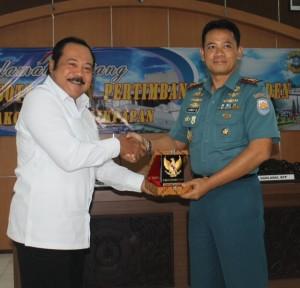 Ketua tim Watimpres, Wantimpres Jenderal TNI (Purn) Subagyo H.S bersama Komandan Lanal Balikpapan Letkol Laut (P) Arief Budiman (Ist)