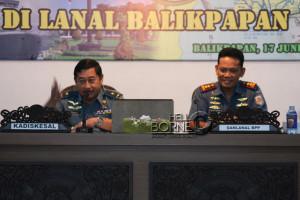 Komandan Lanal Balikpapan, Letkol Laut (P) Arief Budiman saat mendampingi pemateri pada Safari Pres TNI AL 2015 (Ist)