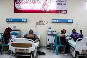 Pendonor melakukan donor darah pada bhakti sosial donor darah yang diadakan oleh PMI Penajam Paser Utara, (Suherman - Hello Borneo)