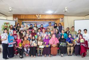 "Peserta pengerajin ""home industry"" Kabupaten Penajam Paser Utara berfoto bersama usai mengikuti pelatihan pengemasan produk wisata (Suherman - Hello Borneo)"