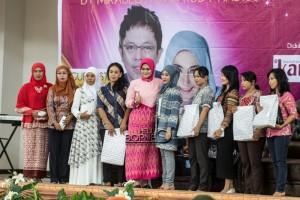 Peserta seminar pesona wajah dan rambut bersama penata wajah dan rambut nasional Rudi Hadisuwarno mendapatkan bingkisan (Suherman - Hello Borneo)