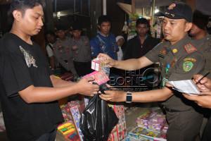 Petugas gabungan Satpol PP dan Polres Penajam Paser Utara lakukan razia petasan ilegal di pasar tradisional Petung (Dika - Hello Borneo)