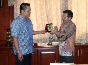 Plt Sekretaris Kabupaten Penajam Paser Utara, Tohar memberikan cinderamata kepada Wakil Ketua DPRD Kediri, Arief Junaidi (Alpian - Humas Setkab Penajam Paser Utara)