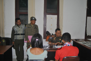 Salah satu pasangan mesum yang tertangkap sedang diperiksa di Kantor Satpol PP Kabupeten Penajam Paser Utara (Dika - Hello Borneo)