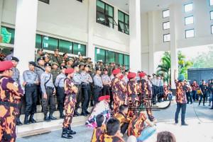 Warga yang dimotori MPC Pemuda Pancasila Penajam Paser Utara gelar aksi demo terkait pemadaman listrik di gedung DPRD setempat (Dika - Hello Borneo)