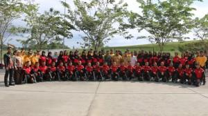 FOTO BERSAMA, Anggota Paskibraka Kabupaten Penajam Paser Utara Berfoto Bersama Bupati Yusran Aspar (Subur - Humas Setkab PPU)