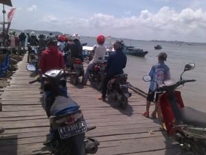 Antrean panjang penumpang yang menggunakan kendaraan roda dua di pelabuhan penyeberangan klotok Kabupaten Penajam Paser Utara (Bagus Purwa - Hello Borneo)
