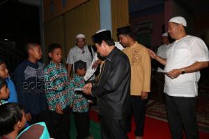 Asisten III, Alimuddin meberikan santunan kepada anak yatim piatu pada acara buka bersama yang digelar Kadin (Alpian - Humas Setkab Penajam Paser Utara)
