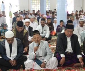 Bupati Penajam Paser Utara, Yusran Aspar, bersama ratusan warga melaksanakan shalat Idul Fitri 1436 Hijriyah, di masjid Al-Ikhsan Desa Sidorejo (Iskandar - Hunas Setkab Penajam Paser Utara)