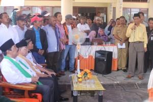 PASANGAN TERAKHIR. Salah satu ketua tim Pengusung, Kaharuddin saat memperkenalkan bakal calon Bupati dan Wakil Bupati di Kantor KPU Paser kemarin siang (Ajang Araya - Hello Borneo)