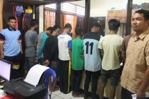 TERTUNDUK. Para tersangka yang tergabung curanmor cilik, yang diamankan di Polres Paser danusai di BAP (Ajang Araya - Hello Borneo)
