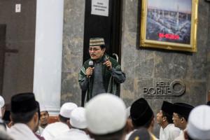 Guru Besar Universitas Negeri Sunan Ampel Surabaya, Ahmad Zahro saat memberikan tausiyah pada peringatan Nuzulul Qura'an sebagai rangkaian Safari Ramadhan di Masjid Ar Rahman Kabupaten Penajam Paser Utara (Suherman - Hello Borneo)-