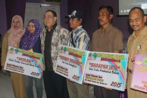 FOTO BERSAMA. Wakil Bupati Paser Mardikansyah (tiga dari kiri) Saat berfoto bersama usai pemberian simbolis, bersama ketua kelompok usaha yang menerima modal (Ajang Araya - Hello Borneo)