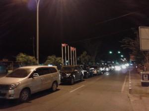 Kendaraan roda empat sedang mengantre untuk masuk ke kapal feri (Suherman - Hello Borneo)