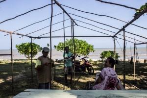 Pedagang musiman mulai membangun kios dilapak yang disewa disepanjang Pantai Tanjung Jumlai (Suherman - Hello Borneo)