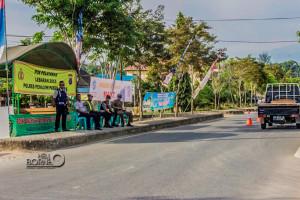 Pemantauan arus mudik di Penajam Paser Utara dipantau oleh petugas melalui pos simpatik (Suherman - Hello Borneo)
