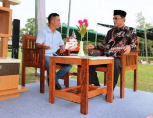 Pengerajin Desa Saloloang, Andy Juki menjelaskan produk kerajinan kursi dari batang kelapa kepada Wakil Bupati Penajam Paser Utara, Mustaqim MZ (Subur Priono- Humas Setkab Penajam Paser Utara)