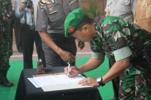 SIMBOLIS. Anggota TNI Paser yang ikut berpartisipasi, dalam penandatanganan surat perdamaian di Aula Polres Paser (Ajang Araya - Hello Borneo)