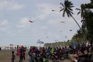 Ribuan pengujung padati pantai Tanjung Jumlai pada H+1 dan H+2 Lebaran Idul Fitri 2015 (Suherman - Hello Borneo)