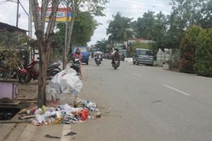KURANG SADAR. Terlihat tumpukan sampah yang terus bertambah di Jalan Padat Karya. Dan DKP berkomitmen tak akan angkut di luar jangkauan TPS (Ajang Araya)