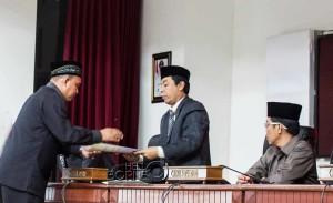 Ketua Pansus LKPJ DPRD Penajam Paser Utara, Fadliansyah serah rekomendasi LKPJ 2014 kepada Ketua DPRD Nanang Ali (Suherman - Hello Borneo)