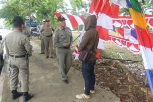 BERGEGAS. Salah satu PKL umbul-umbul yang di datangi petugas Satpol PP Paser untuk di pindahkan di Pasar penampungan Senaken (Ajang Araya - Hello Borneo)